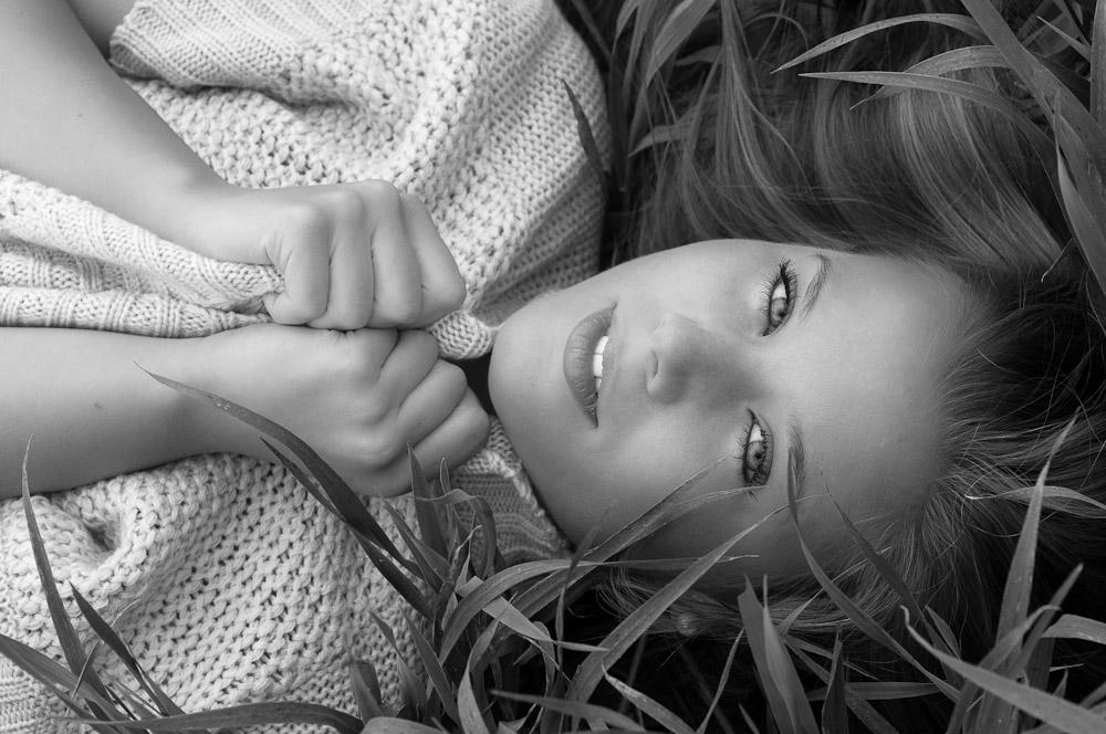 janina-picard-foto-liegt-im-feld-close