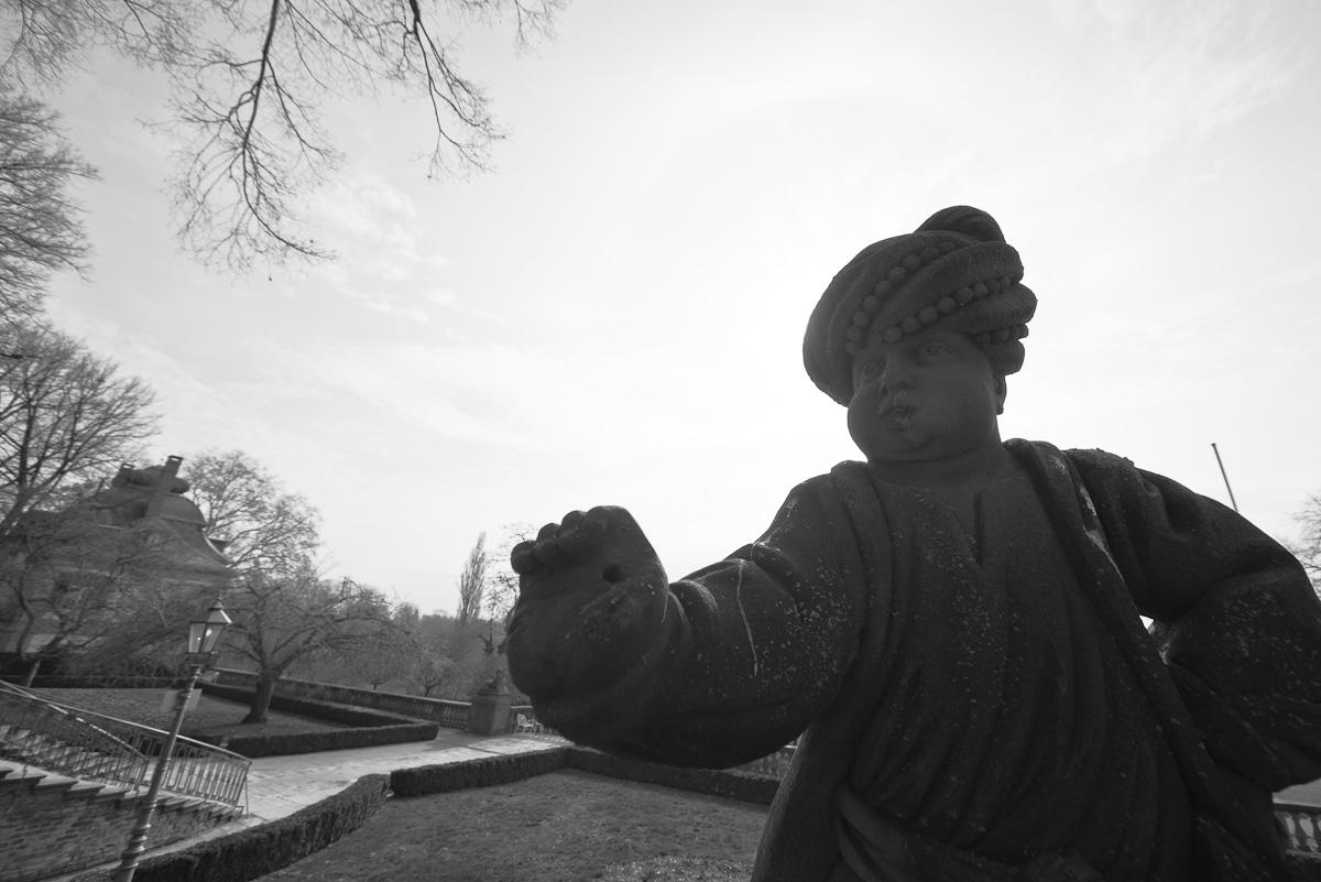 frankfurt-hoechst-sigma-12-24-bw-statue-palast